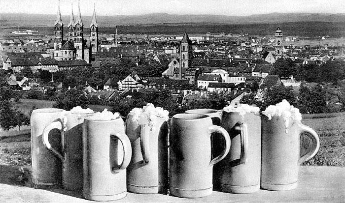 Alte Postkarte mit Bierkrügen und Blick auf Bamberg